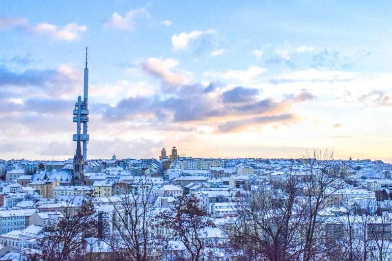 Hoher Turm mit schneebedeckten Häusern in Prag