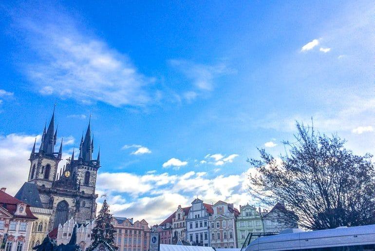 Alte Kirche in Prager Altstadt mit blauem Himmel Sehenswürdigkeiten Prag