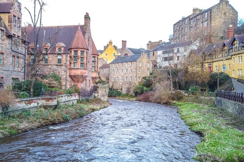 Fluss fließt zwischen historischen Häusern hindurch