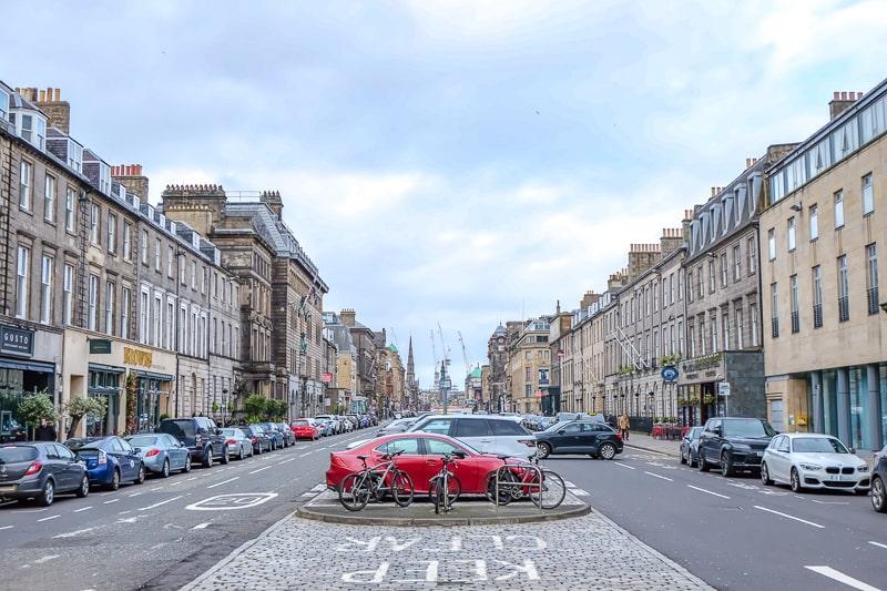 Gebäude und geparkte Autos entlang Straße in Edinburgh New Town
