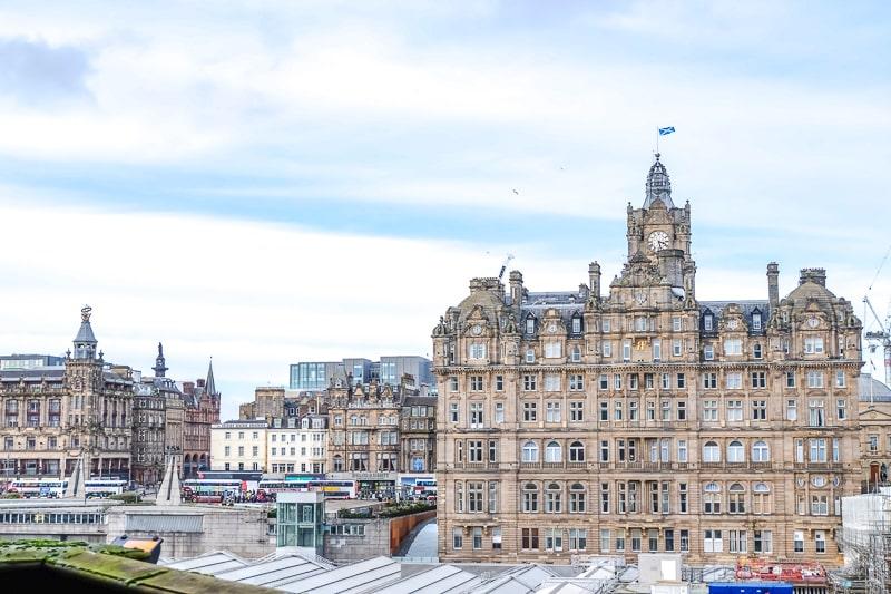 Großes Hotel mit Uhrturm in Edinburgh Schottland