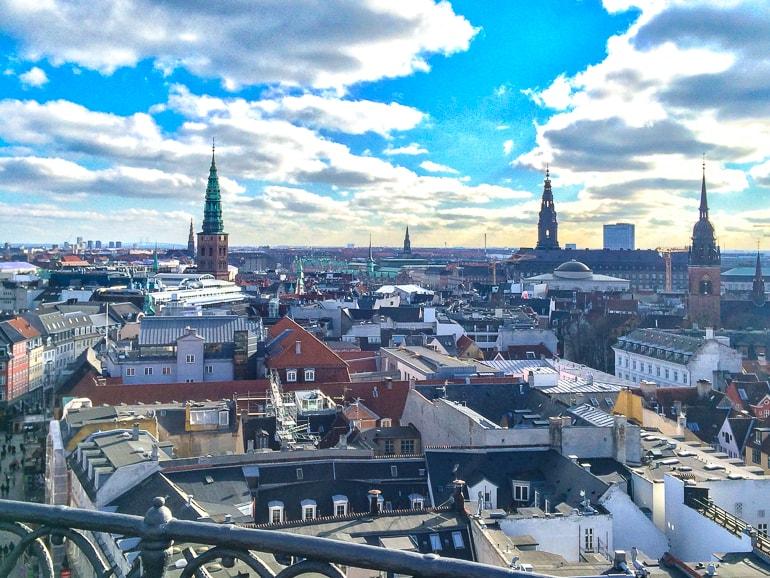 Türme in der Stadt mit blauem Himmel und Wolken von Aussichtsturm in Kopenhagen