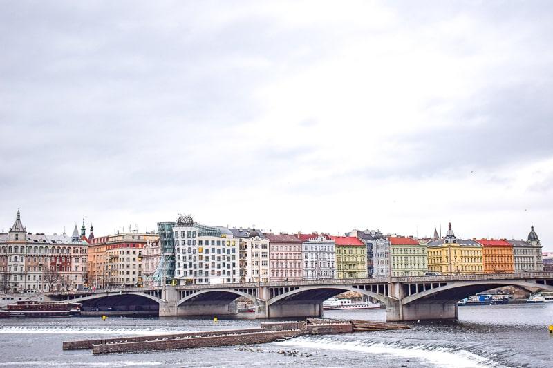 Bekanntes schiefes Tanzendes Haus Gebäude mit Fluss und Brücke im Vordergrund