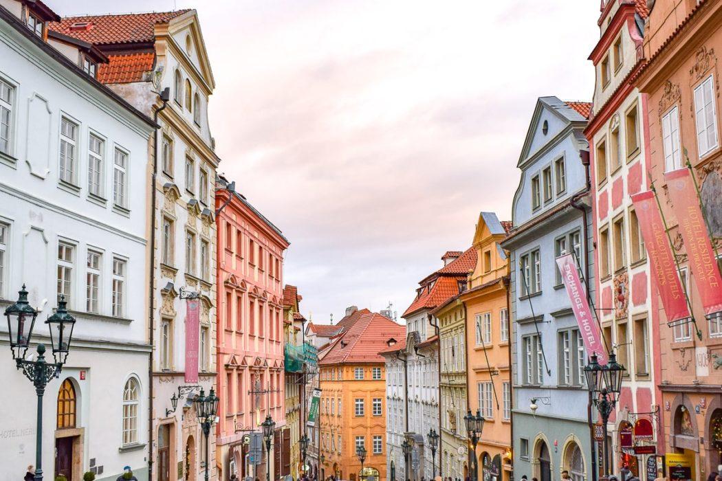 Bunte Häuser entlang einer schmalen Straße in Prag