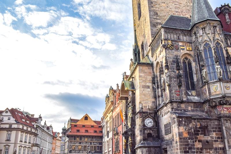 Gebäude in Altstadt mit Alter Astronomischen Uhr in Prag