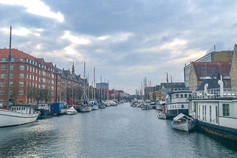 Boote auf Wasser mit Häusern am Rand Kopenhagen Dänemark