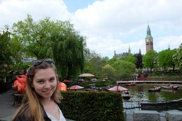 Frau in Vergnügungspark Tivoli mit Bäumen im Hintergrund