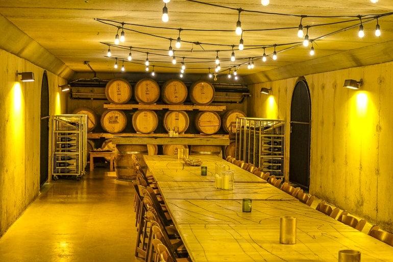 Hölzerne Fässer in Weinkeller mit Holztisch und Lichtern Weintour Inniskillin