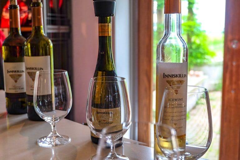 Weingläser mit Weinflasche auf Tresen bei Weinverkostung