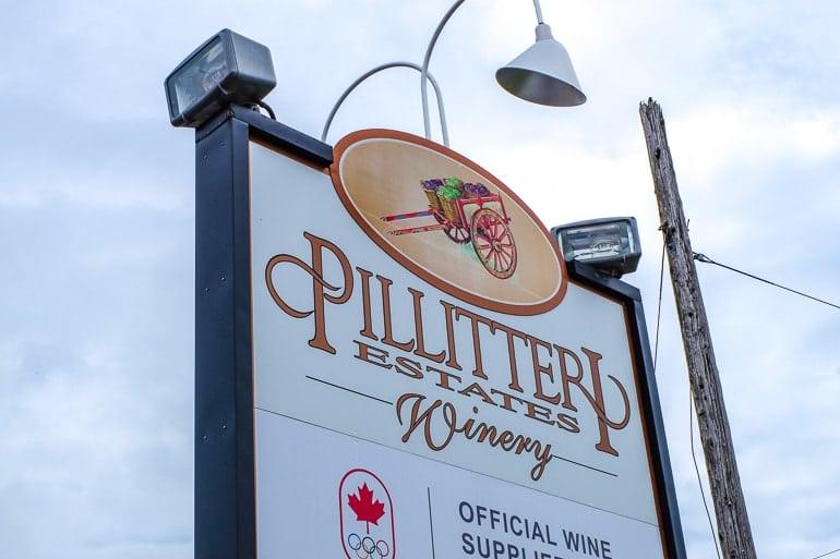 Weißes Schild mit Name von Weingut am Straßenrand Niagara on the Lake
