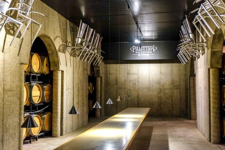 Raum aus Beton mit Lichtern und Tisch für Weinproben bei Pillitteri Winery niagara on the lake