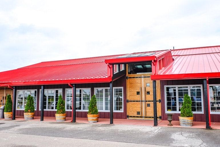 Gebäude mit rotem Dach und Türen aus Holz bei Pillitteri Weintour