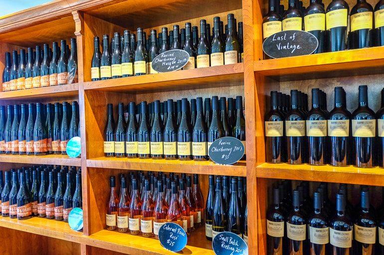 Weinflaschen auf Holzregal in Ravine Weingut Niagara Ontario