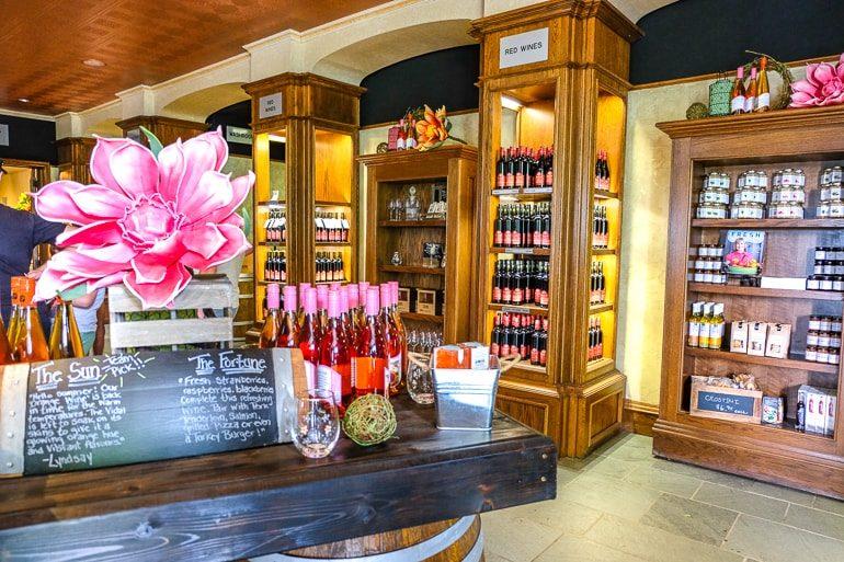 Weinflaschen auf Regal auf Holz im Laden von Reif Estates Weingut