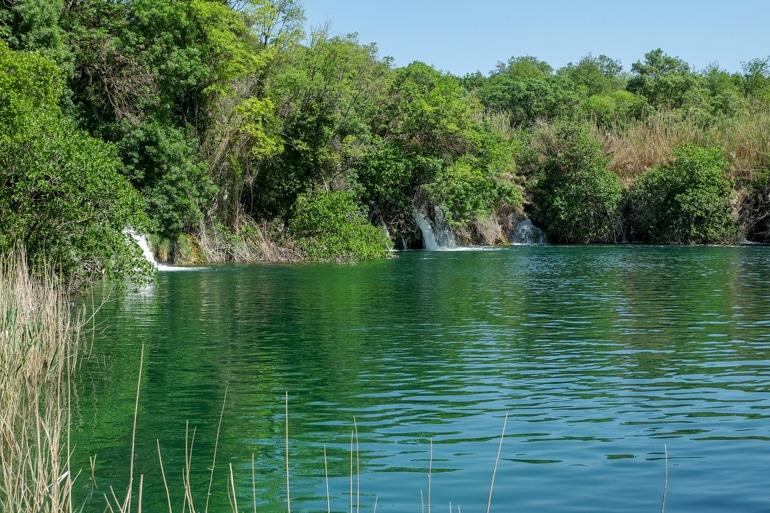 Grünes und blaues Wasser im Krka Nationalpark