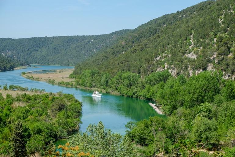 Fähre auf dem Wasser im Krka Nationalpark Kroatien