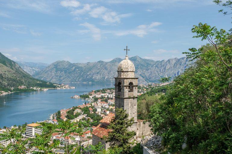 Kirchturm in Kotor mit der Altstadt im Hintergrund