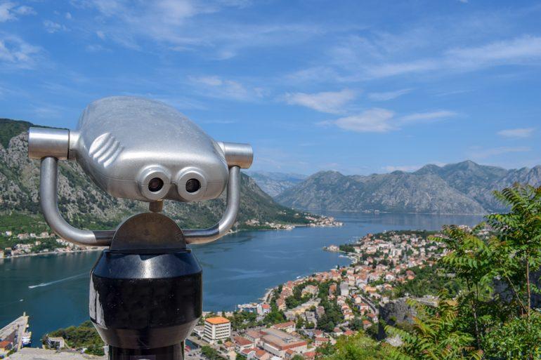 Fernrohr mit Bucht von Kotor Montenegro im Hintergrund