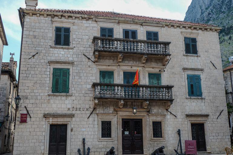 Museum mit grünen Fensterläden in Kotor Altstadt Montenegro