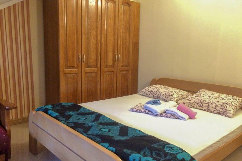 Bett mit Handtüchern und Kleiderschrank Hostel Kotor