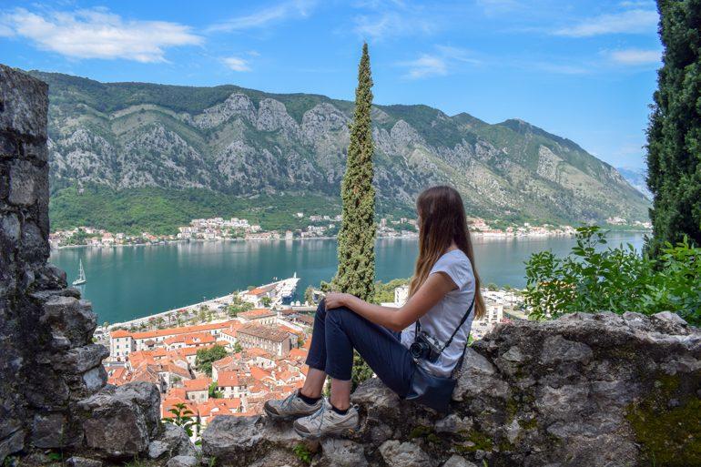 Frau in weißem TShirt mit Blick auf Bucht von Kotor Montenegro Sehenswürdigkeiten
