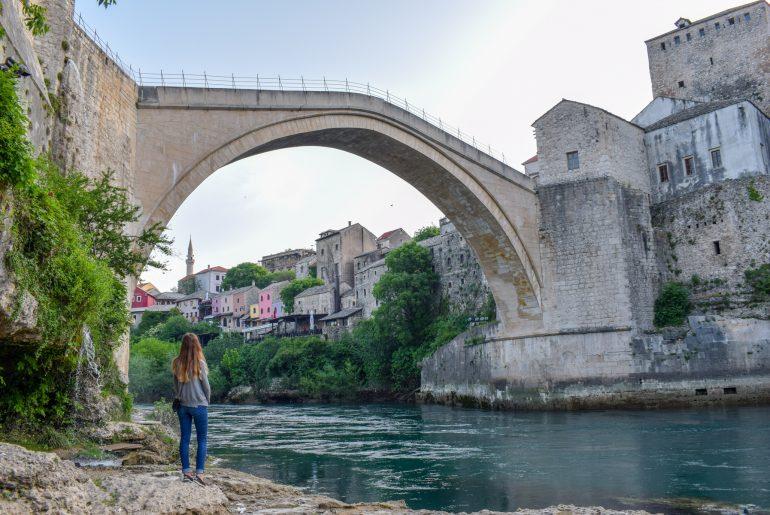 Frau steht vor Stari Most Brücke in Mostar Bosnien Herzegowina