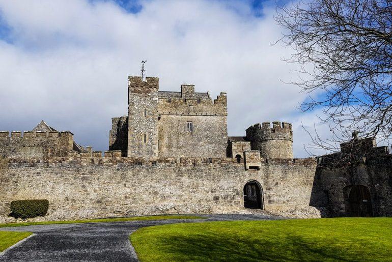 Steinschloss mit grünem Gras in Irland