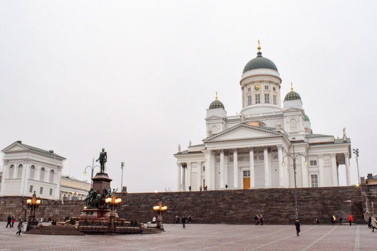 Weiße Kathedrale in Helsinki mit Licht und Stufen