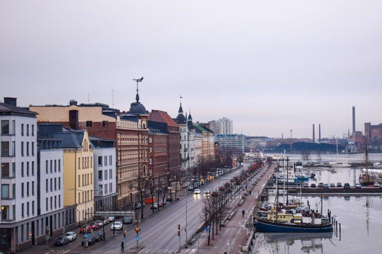 Straße mit bunten Häusern und Hafen Helsinki