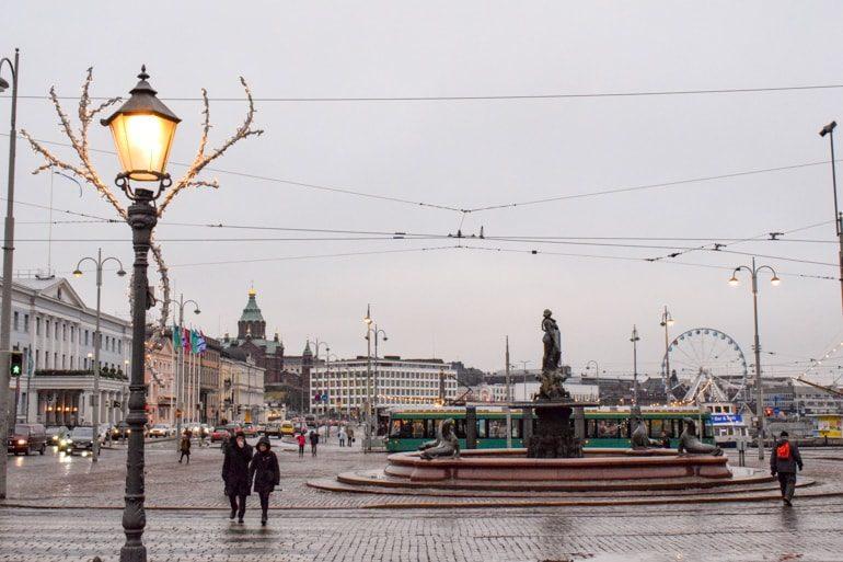 Marktplatz Helsinki Finnland mit Brunnen und Hafen