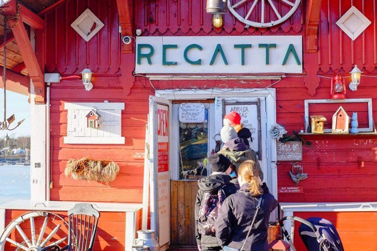 Rote Fasade mit Menschenmenge vor Café Ein Tag in Helsinki Finnland