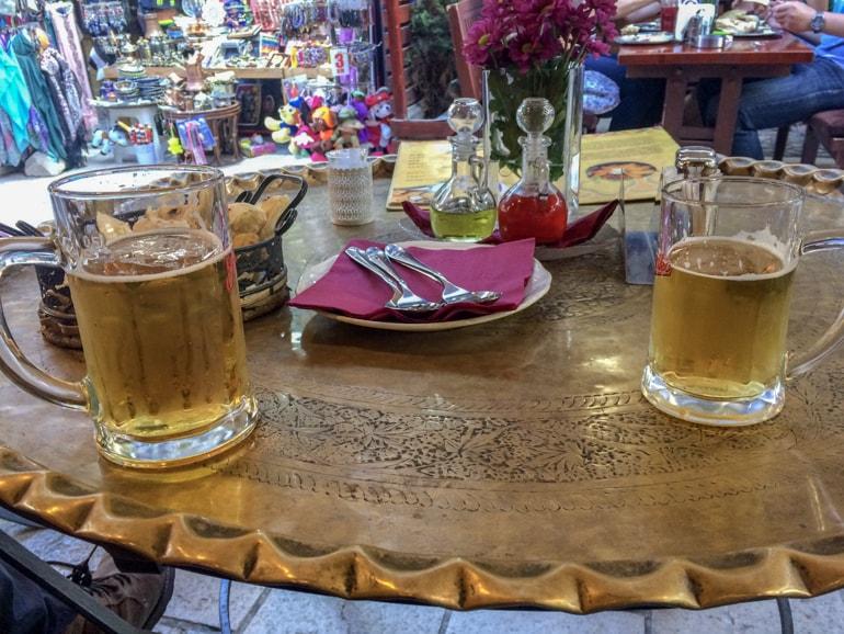 Bier auf goldenen Metalltisch mit Brot Restaurant Sarajevo Basar