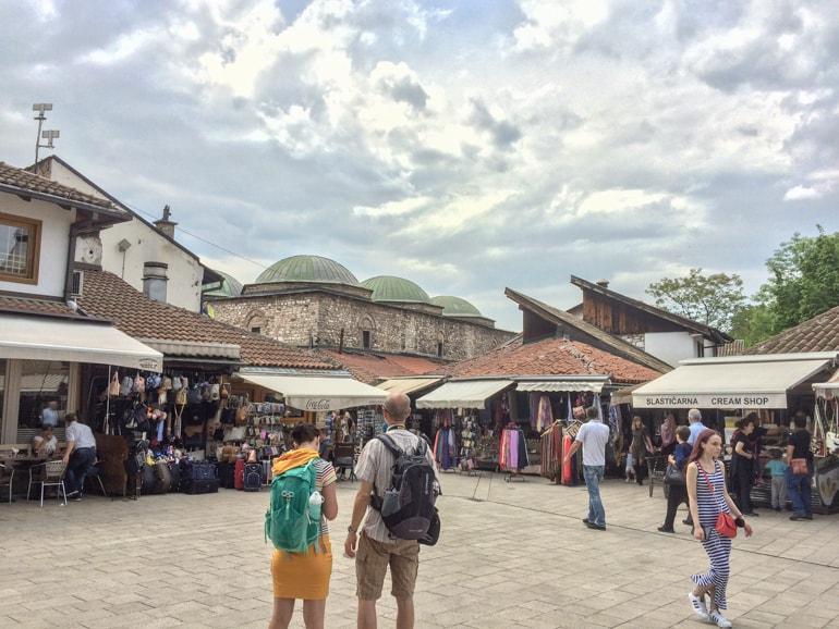 Mann und Frau mit Rucksack auf türkischem Basar Sarajevo Bosnien und Herzegowina