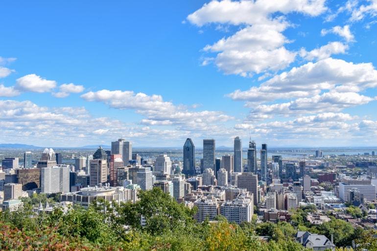 Blauer Himmel und Gebäude Zentrum Montreal Quebec Kanada Urlaub