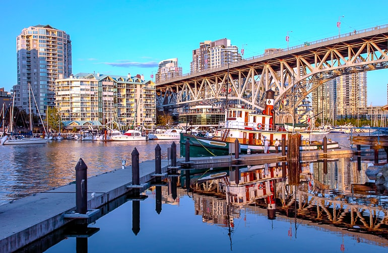 Boot angedockt unter Brücke in Granville Island Vancouver Kanada