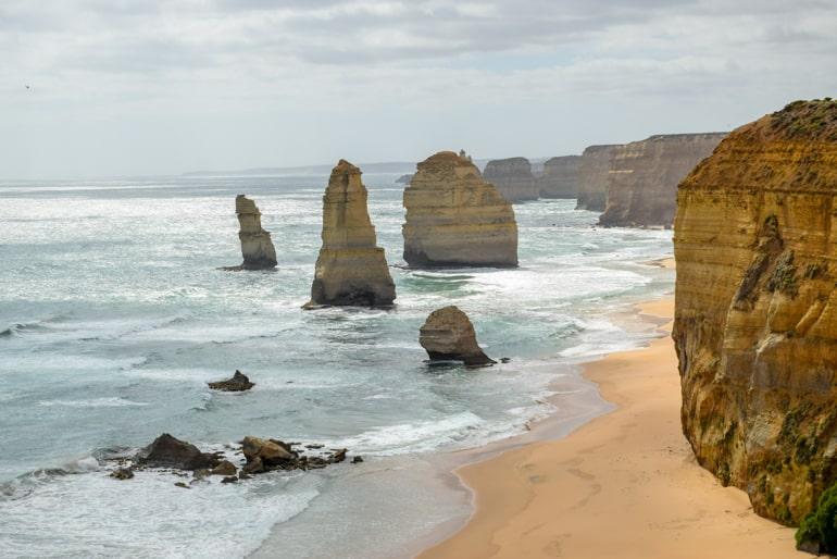 Felsen mit Meer und Sand Zwölf Apostel Australien Sehenswürdigkeiten
