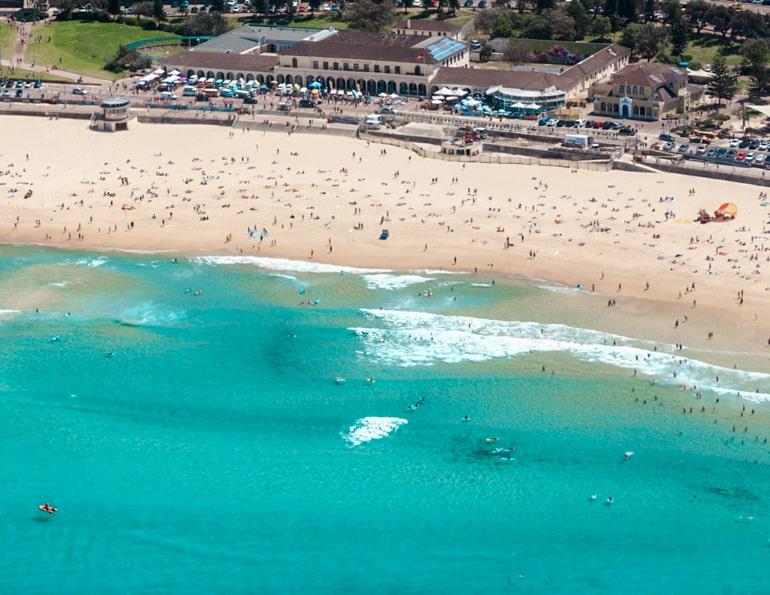 Blauer Ozean mit Strand von Oben Bondi Australien