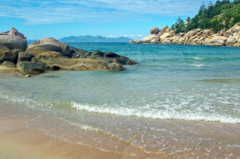 Blaues Wasser brauner Strand und Felsen Magnetic Island Australien Sehenswürdigkeiten