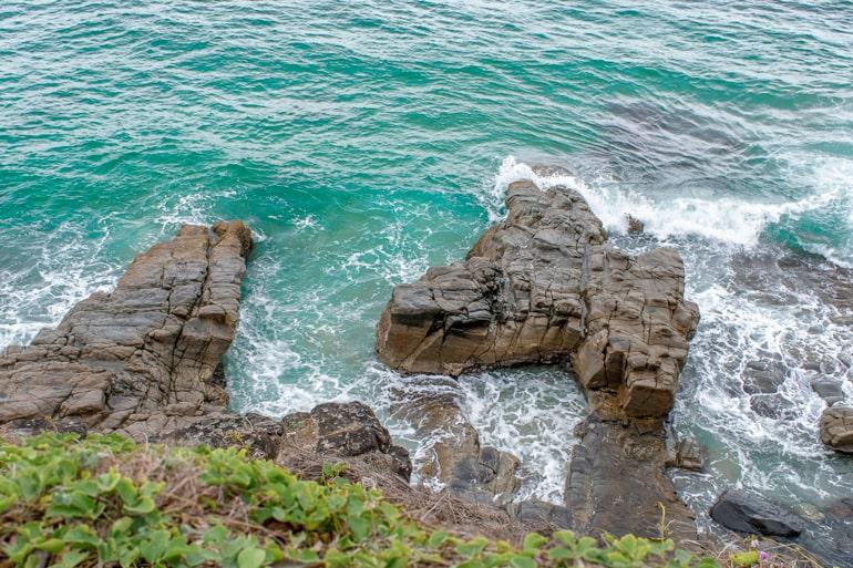 Blaues Wasser mit Steinklippen Australien Sehenswürdigkeiten