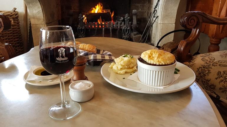Essen und Wein auf Tisch in Southern Highlands Australien