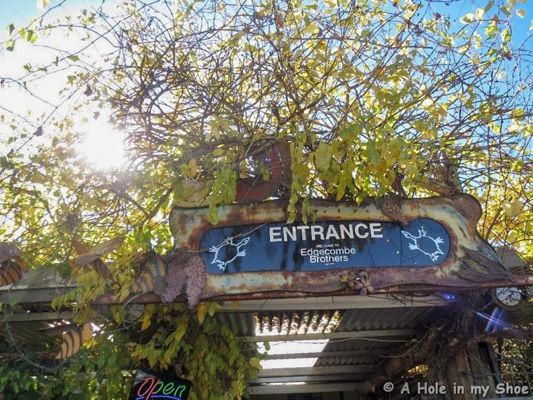 Blaues Eingangsschild mit grünen Bäumen swan valley Australien Sehenswürdigkeiten
