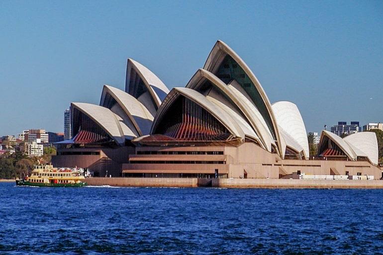 Opera House Sydney mit blauem Wasser und Himmel Sehenswürdigkeiten in Australien