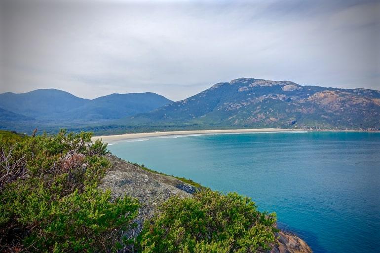 Ozean mit Strand und grünen Bäumen wilson's promontory Australien