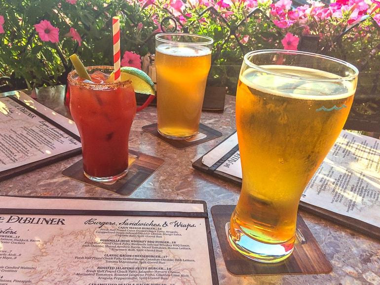Zwei Gläser mit Bier und Cider und Gas mit Caesar Getränk auf Tisch