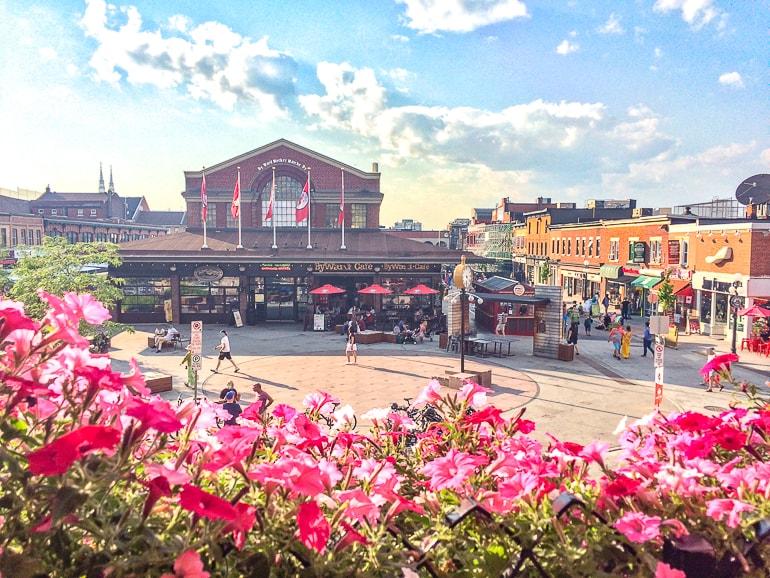 Marktgebäude mit Blumen im Vordergrund Ottawa Bars