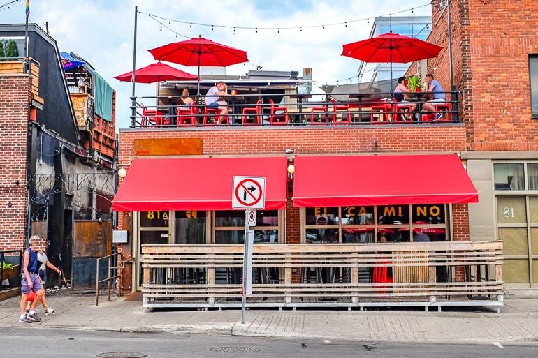 Bar mit roter Verzierung und Balkn mit Sonnenschirmen in Ottawa