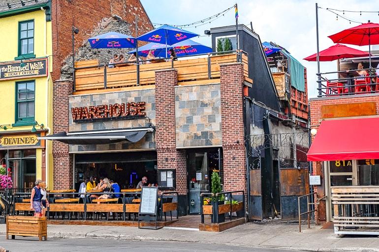 Bar mit Terrasse und Balkon mit Sonnenschirmen in Ottawa