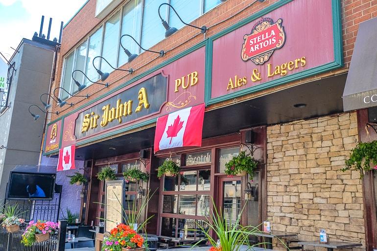 Eingang zu Pub mit Terrasse in Ottawa