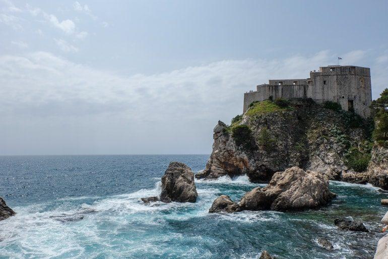 Alte Steinfestung mit Meer im Vordergrund Dubrovnik Kroatien Sehenswürdigkeiten