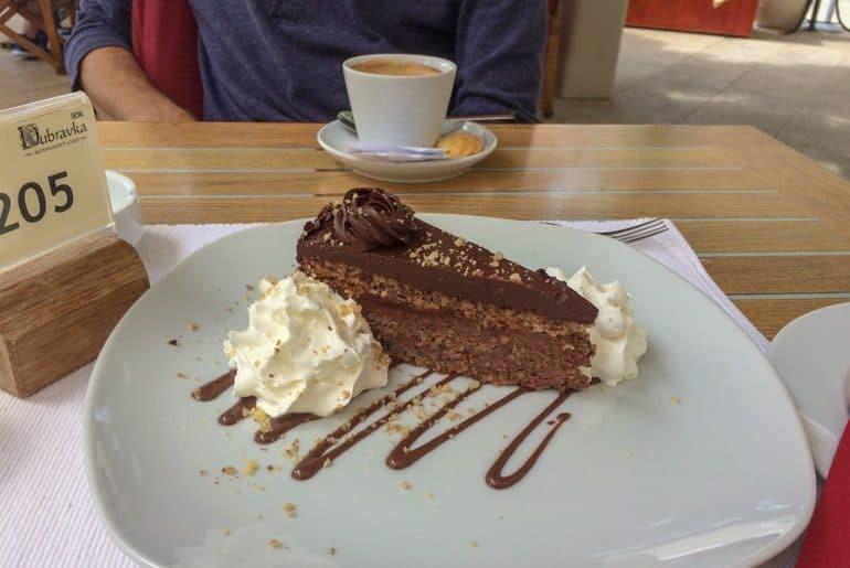 Schokoladenkuchen auf weißem Teller mit Kaffee Dubrovnik Kroatien